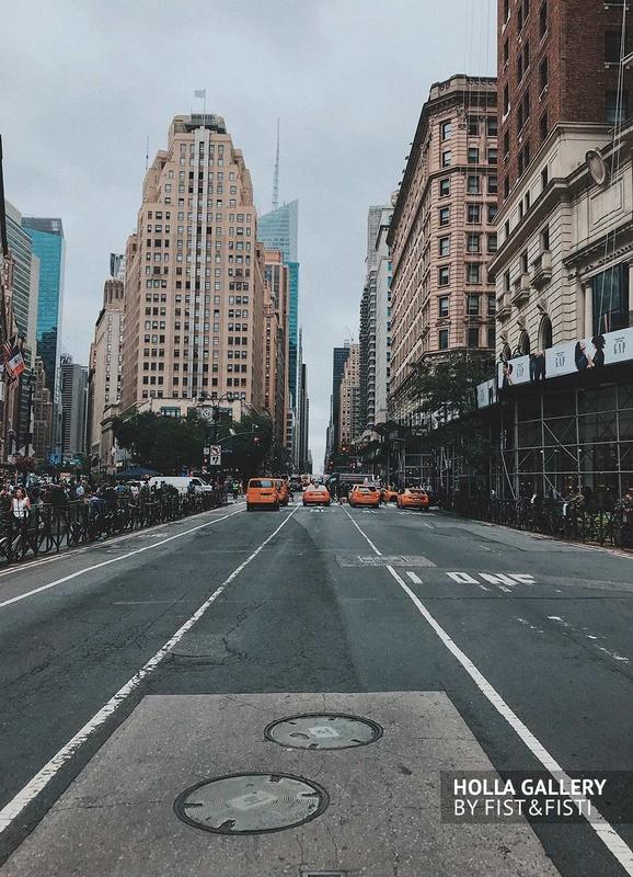 Перспектива улицы Нью-Йорка с желтыми такси в ряд среди небоскребов, США. Постер