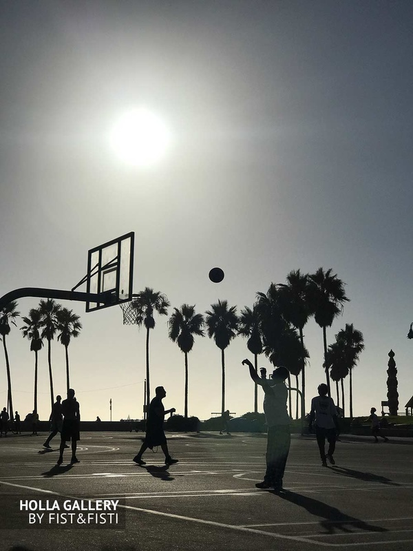 Баскетбольная площадка в Venice Beach Los Angeles, США. Пальмы.