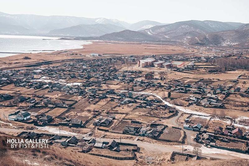 Вид сверху на рабочий поселок Култук в Иркутской области. Байкал. Фотография в офис