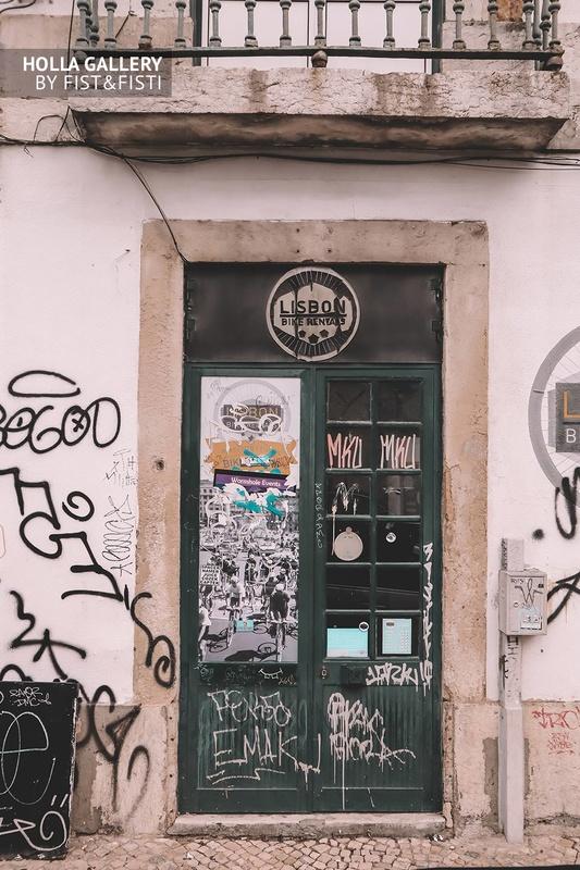 Высокая дверь с рисунками Графити в Лиссабоне