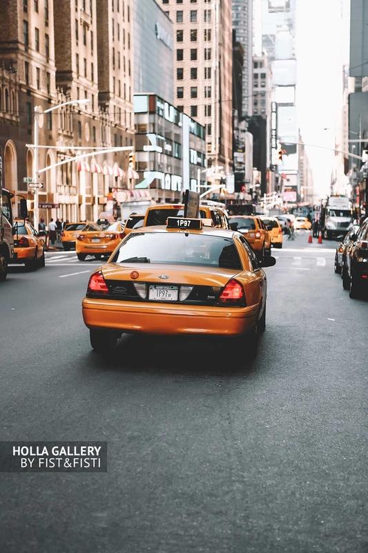 Желтое такси Нью-Йорка. Авеню посреди небоскребов. США