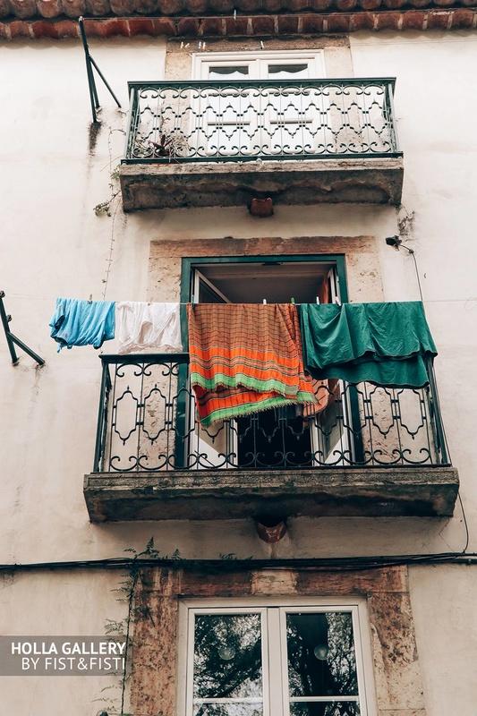 Аутентичный балкон на улочках Лиссабона.