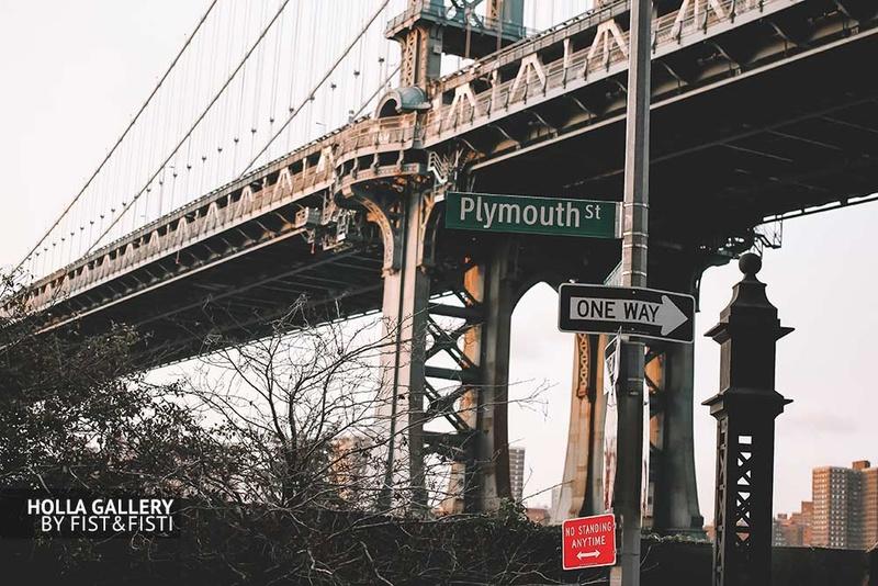 Вид на мост в Нью-Йорке и дорожные знаки