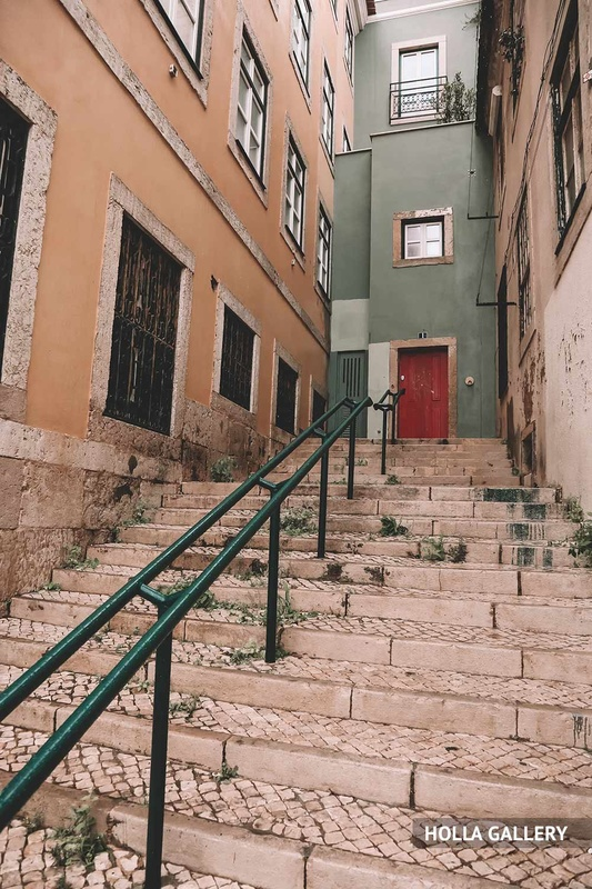 Лестница на узкой улице Лиссабона