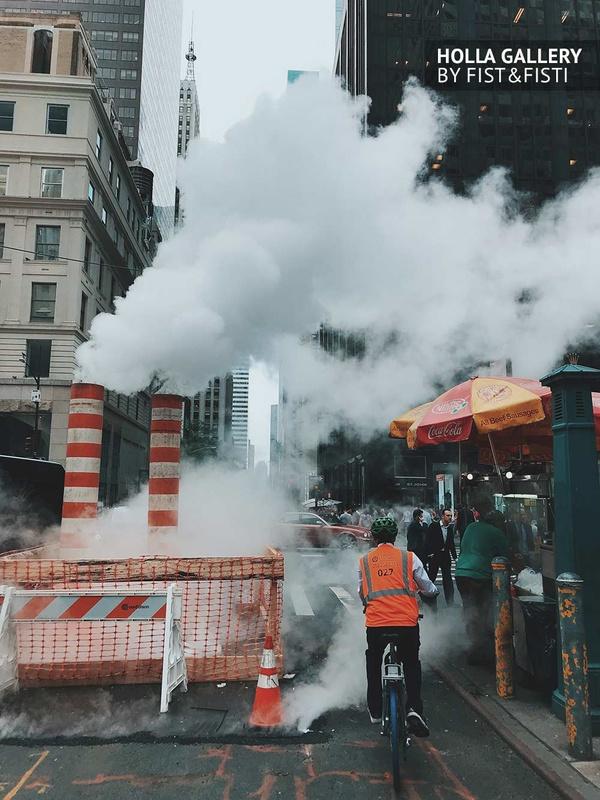 Рабочий в форме на велосипеде объезжает временный ремонт дороги посреди улицы Нью-Йорка. Фотография для дизайна квартиры