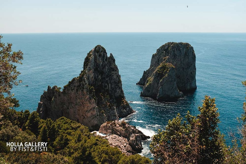 Скалы в заливе Средиземного моря на Capri в Италии