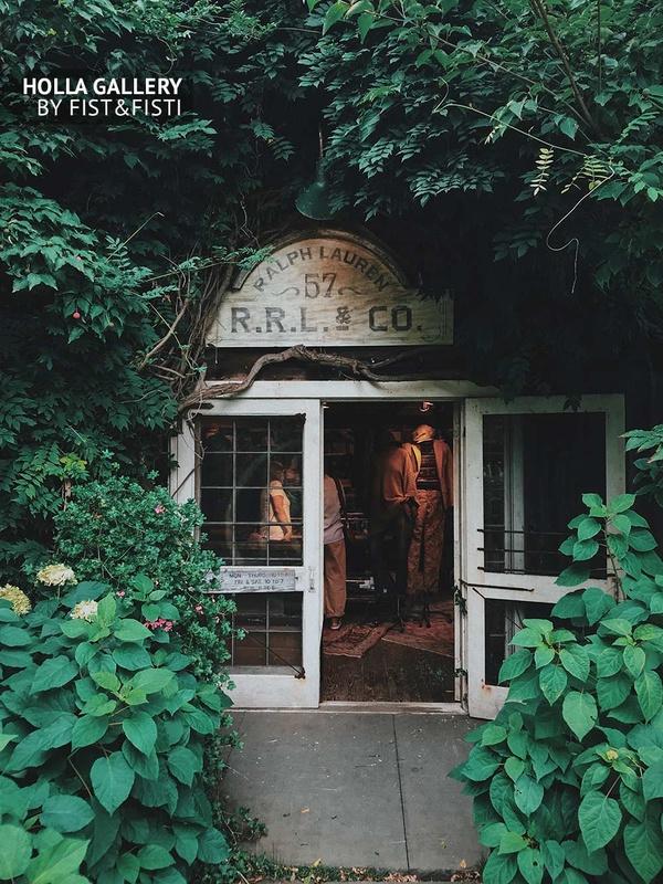 Магазин Ralph Lauren среди растений и цветов. Фотография для дизайна