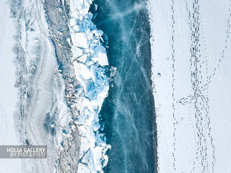 Глыбы льда на побережье зимнего Байкала. Граница между водой и берегом. Фото Байкала с коптера. Плакат для дизайна квартиры