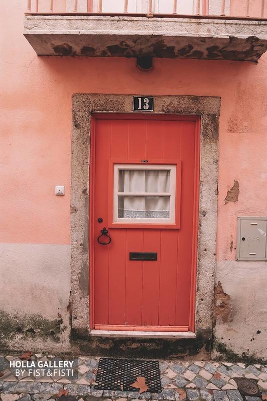 Красивая красная дверь на улице Лиссабона.