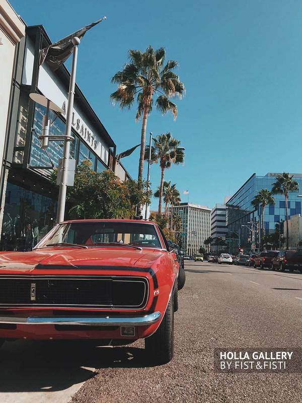 Красный Muscle car около пальм на дороге Лос-Анджелеса
