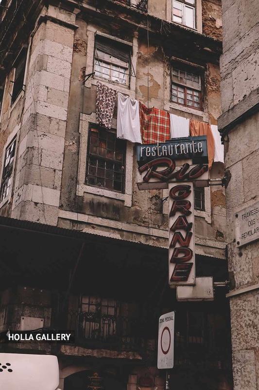 Узкая улица Лиссабона с вывеской
