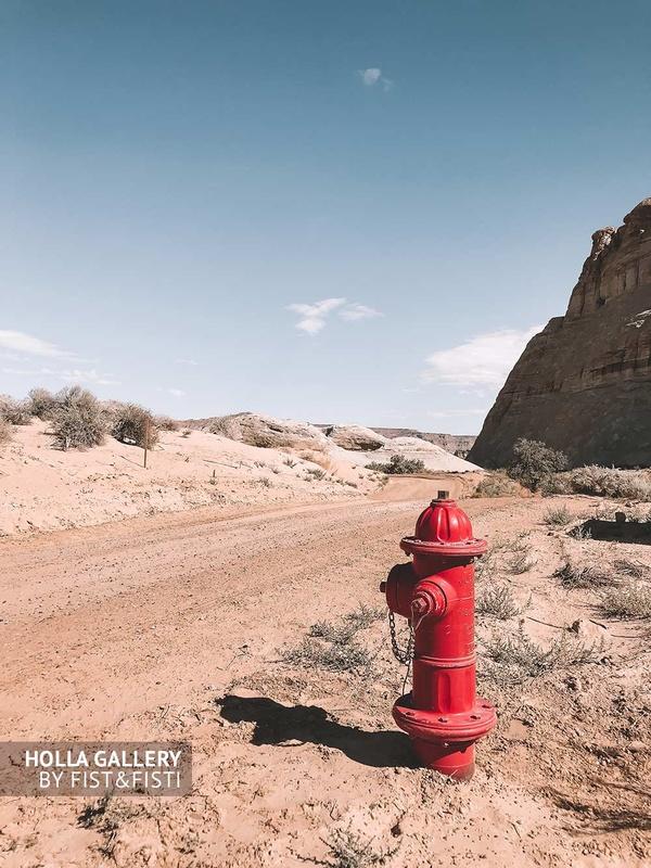 Красный гидрант посреди пустыни в Юте.