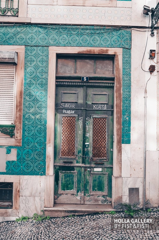 Старинный дверной проем в стене на улицах Лиссабона.