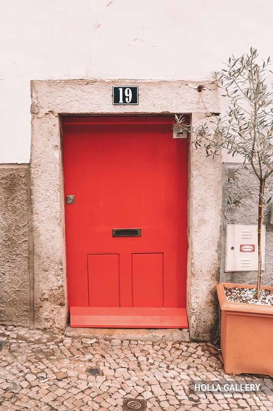 Красная дверь у дома в Лиссабоне