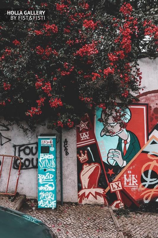 Граффити в стиле Симпсонов на фоне рябины в Лиссабоне.