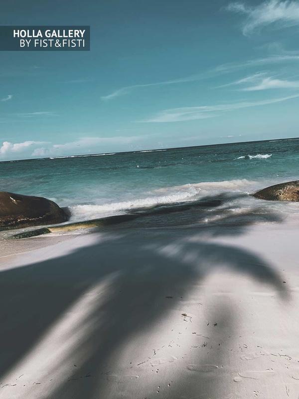 Панорама океана с белоснежным пляжем и тенью от пальм. Доминиканская республика. Фото постер