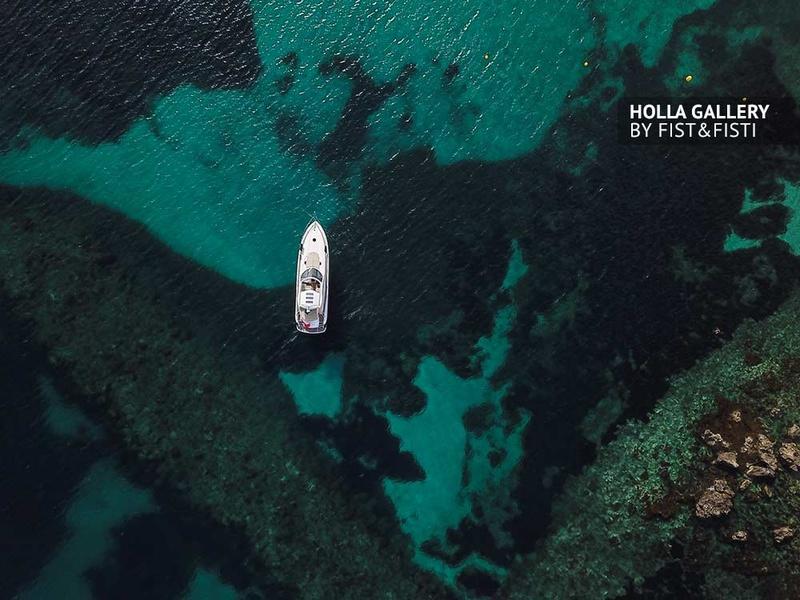 Фотография яхты с коптера на фоне бирюзовой воды
