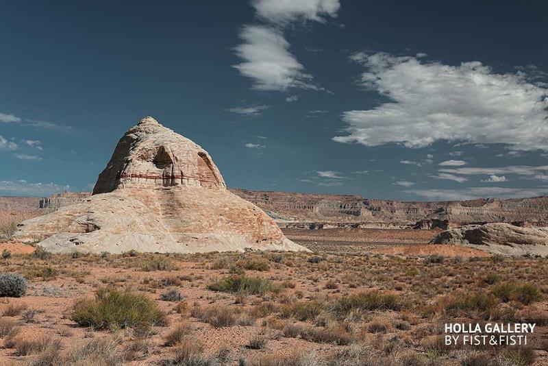 Национальный парк в Utah. Каменистая пустыня на фоне скалистого каньона