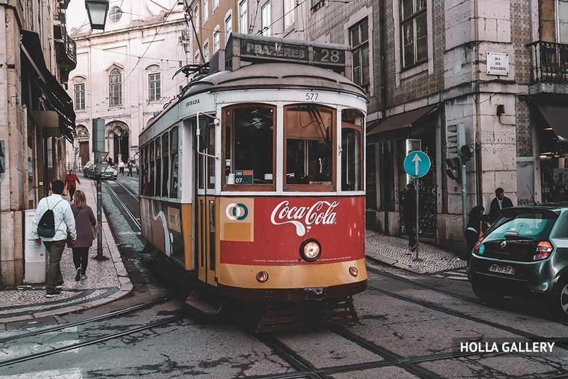Красный трамвай на улице Лиссабона