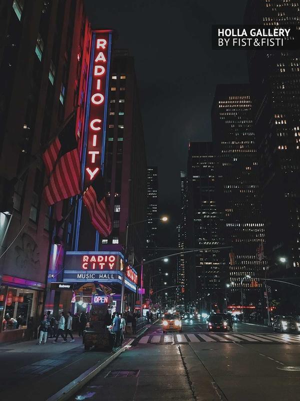 Radio City с видом на ночной New York. Фото для интерьера