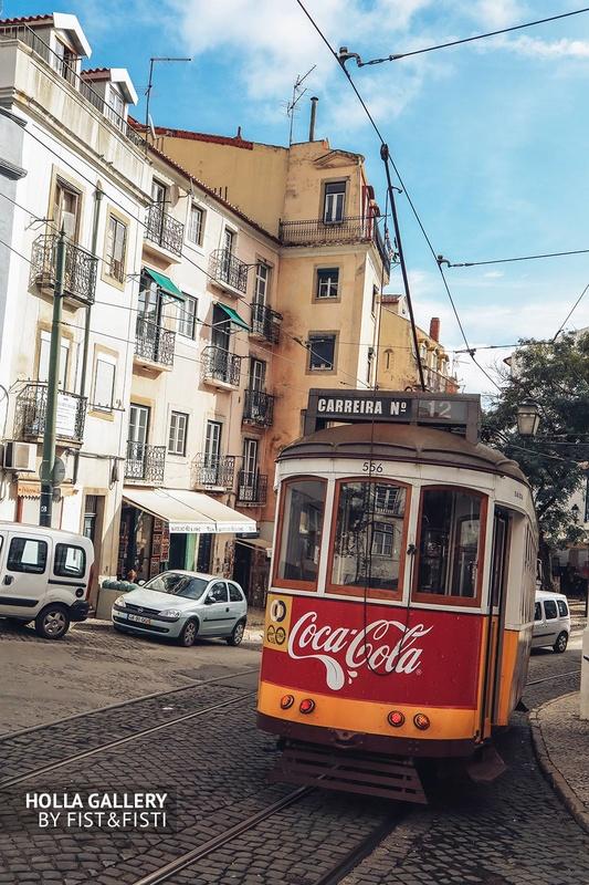 Желтый трамвай с надписью Coca-Cola в Лиссабоне.