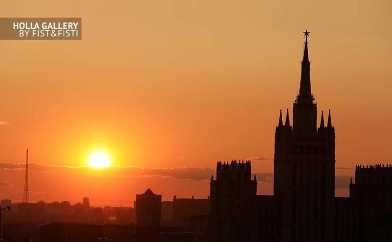 Высотка на Баррикадной на фоне заката, панорама Москвы. Фото картина