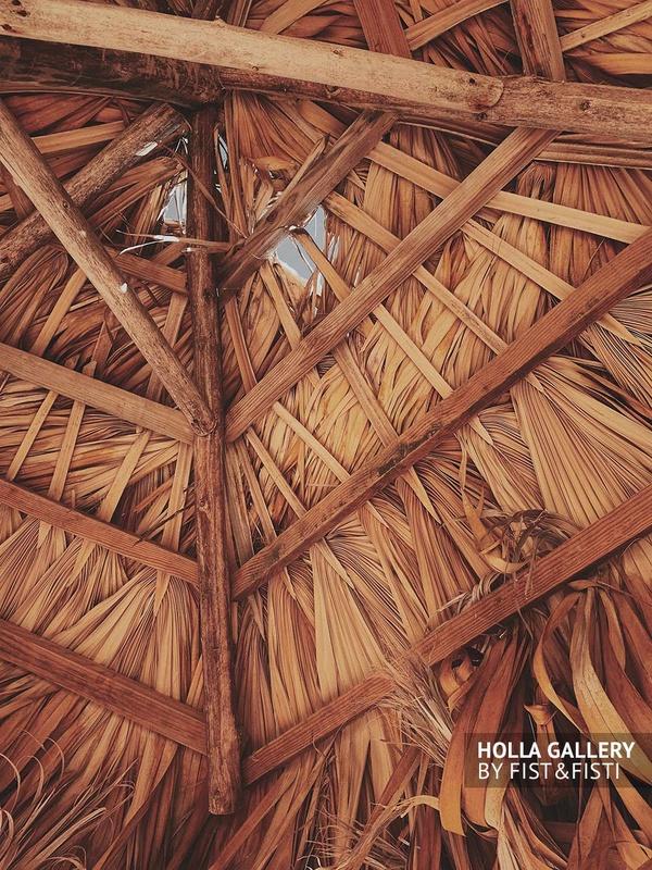 Крыша из засохших пальмовых листьев тропического бунгало, пляжного зонта. Текстура, фото принт