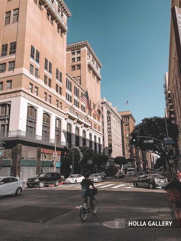 Здание с флагами на улице Нью-Йорка