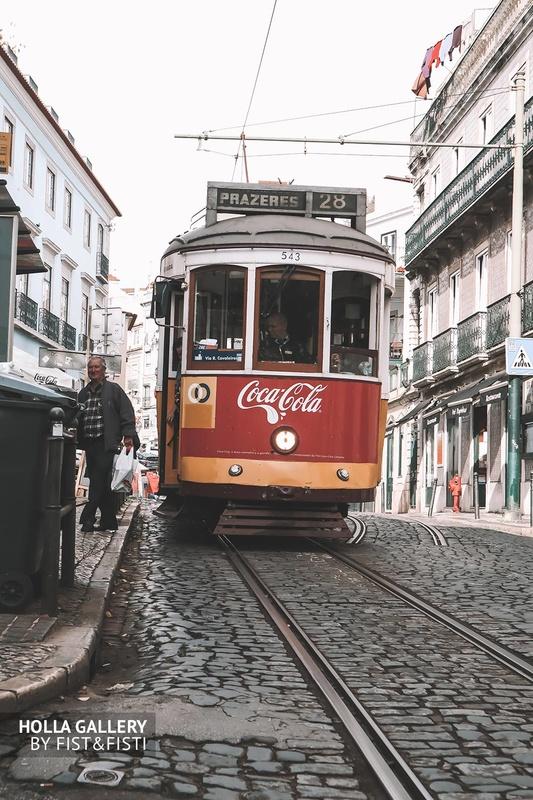 Трамвай в раритетном стиле, фотообои для интерьера.