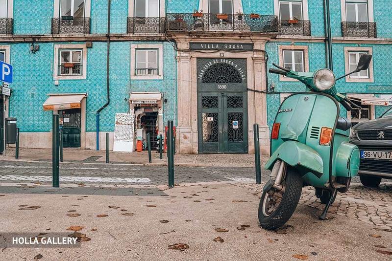 Вид на Виллу Соуза и мопед в Лиссабоне
