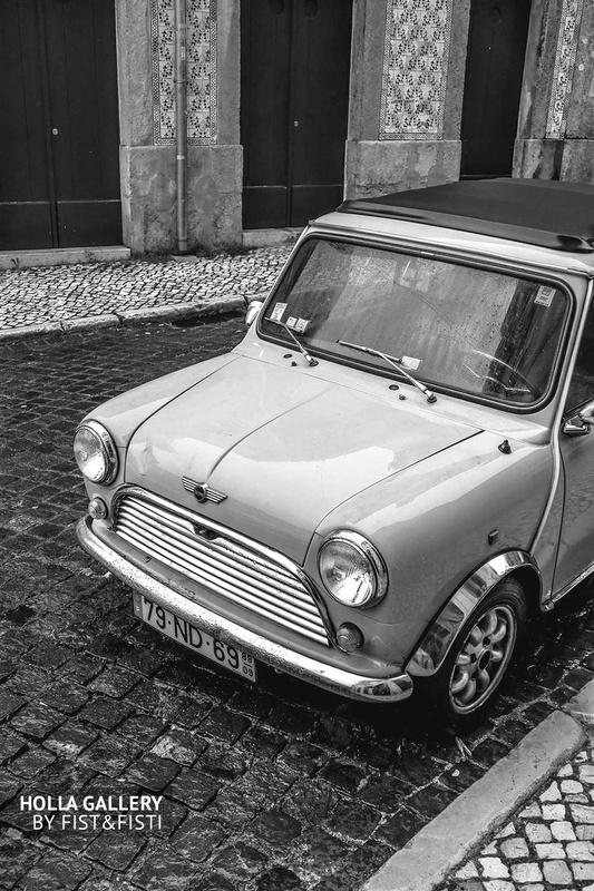 Самая первая модель Mini Cooper на улице Лиссабона, черно-белое фото.