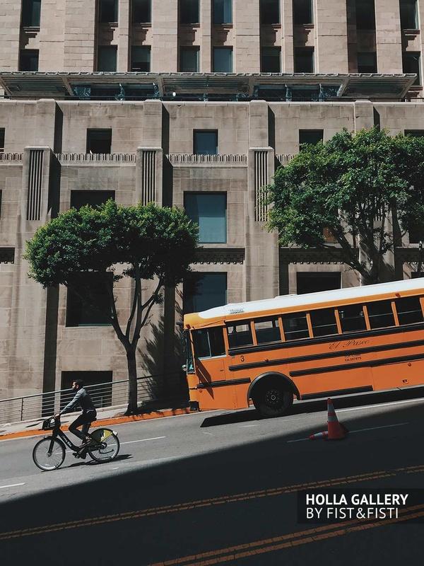 Желтый автобус и велосипедист на дорогах Калифорнии