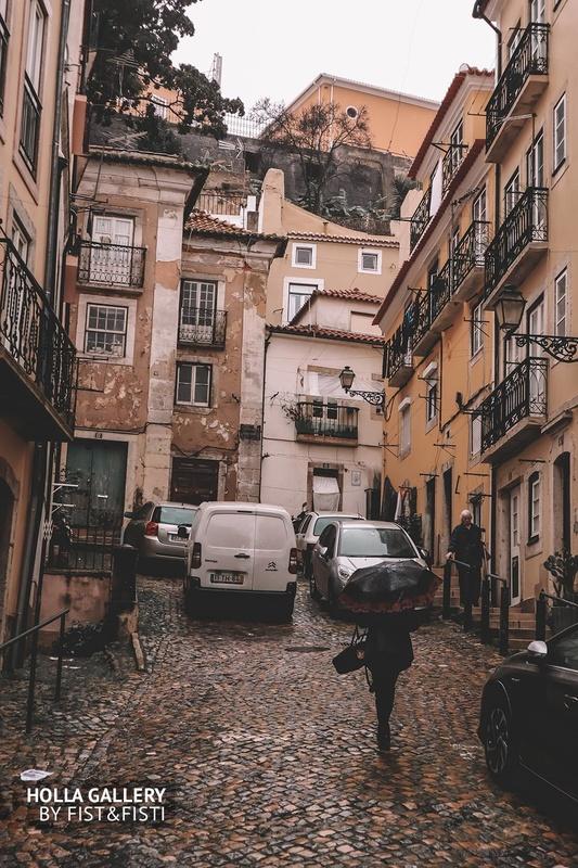 Двор каменных джунглей Лиссабона.