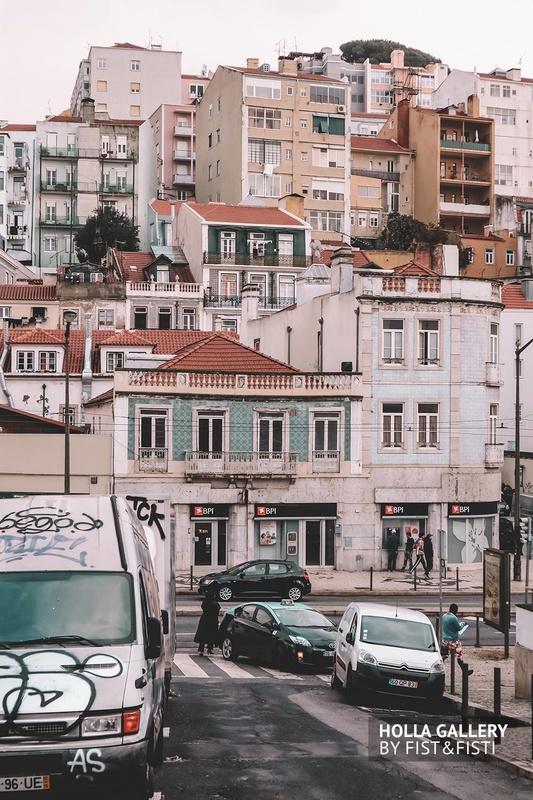 Разрисованная машина посередине улицы в городе Лиссабон.