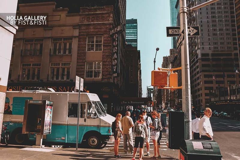 Перекресток с фургоном среди небоскрёбов Нью-Йорка, США
