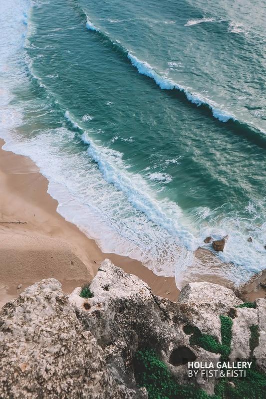 Красивый берег Nazare с волнами и песком. Фото со скалы.
