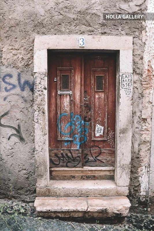 Двойные двери в стене на улице Лиссабона