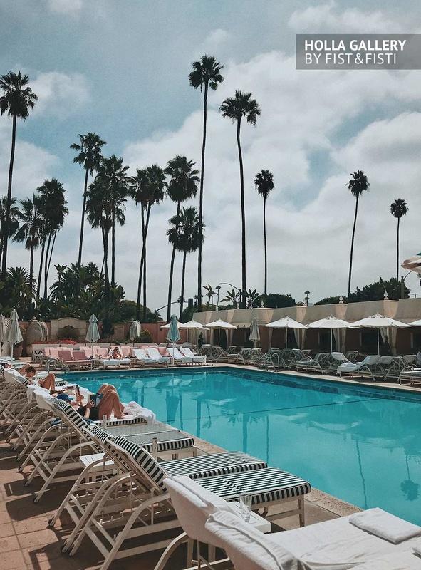 Шезлонги у бассейна на фоне пальм в Beverly Hills. Фото постер