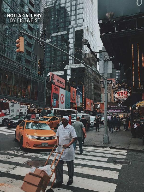 Работник на перекрестке в Нью-Йорке, на фоне желтого такси. Плакат