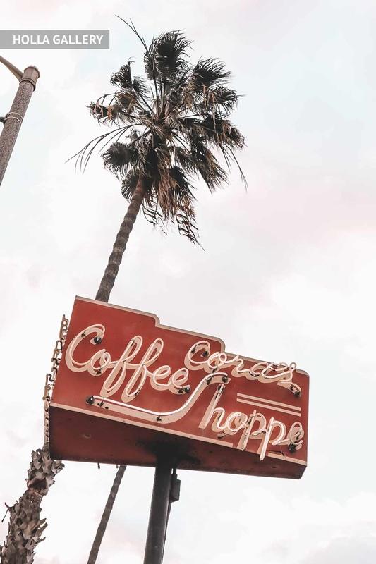 Вывеска кофейни на фоне неба крупным планом
