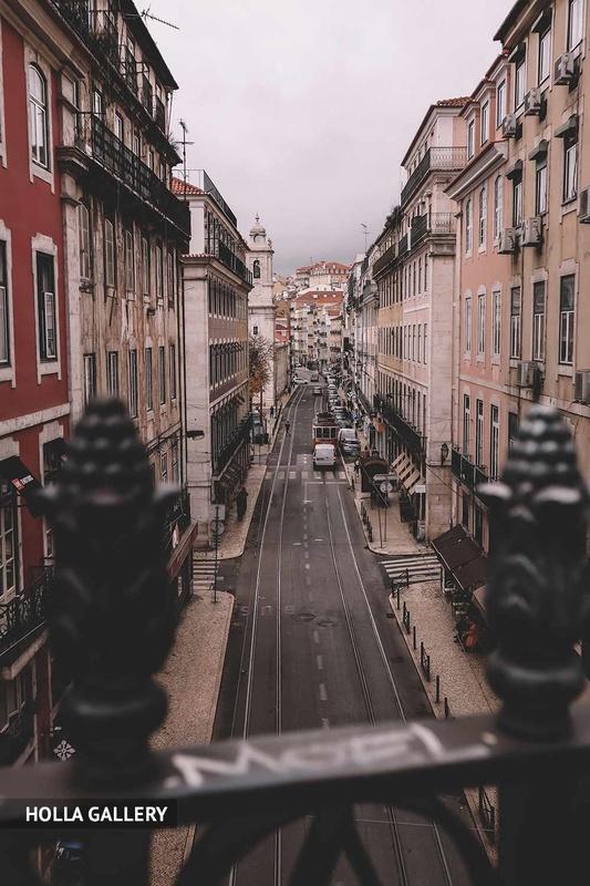 Вид с моста на узкую дорогу Лиссабона.