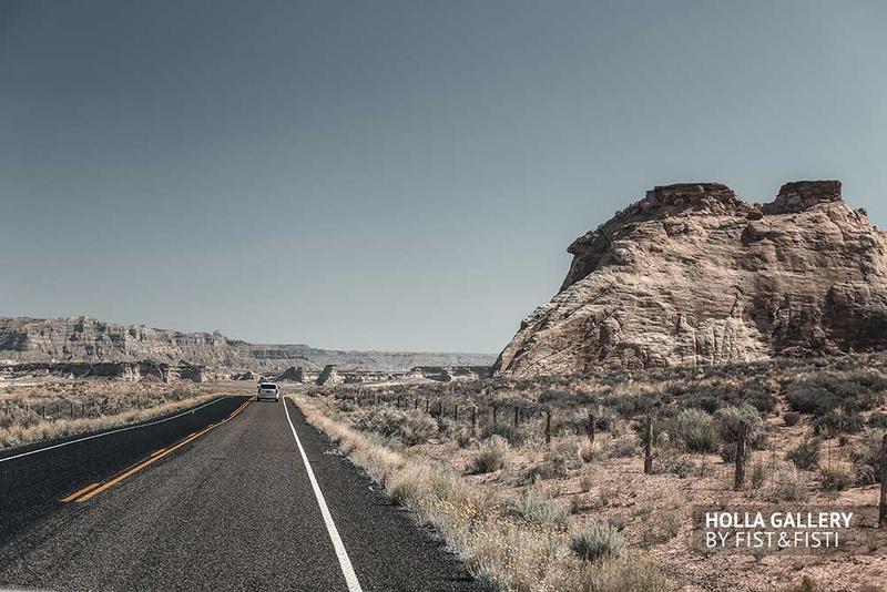 Дорога через скалистую пустыню в США