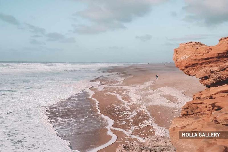 Пляж Назаре с глыбой и волнами