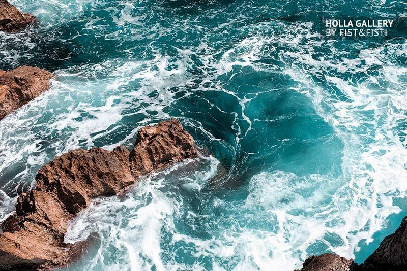 Бирюзовая вода в скалистом заливе. Капри, Италия