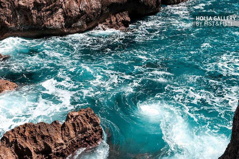 Вихрь в заливе бирюзового цвета у скал Капри в Италии