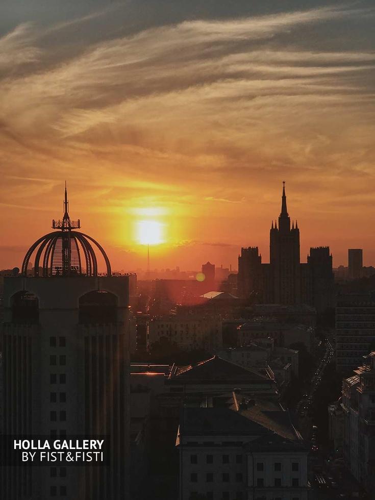 Московский пейзаж на фоне заката, Баррикадная высотка