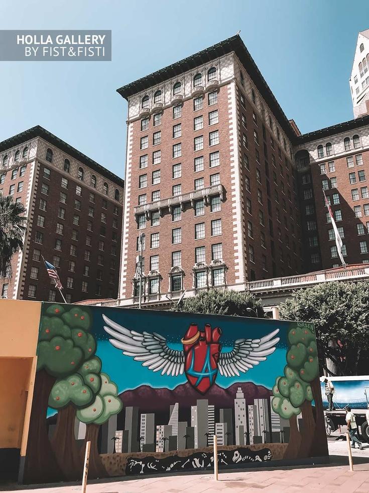 Уличное искусство на фоне зданий в Los Angeles. Стрит-арт Лос-Анджелеса, Калифорния