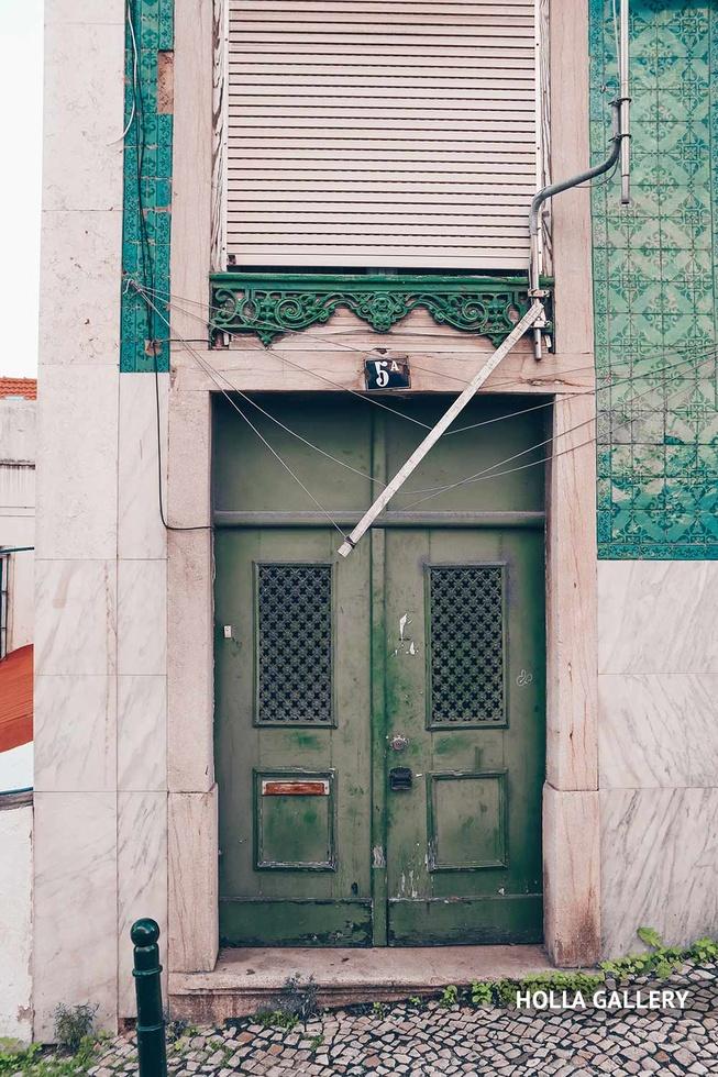 Зеленые двери одного из домов в Лиссабоне