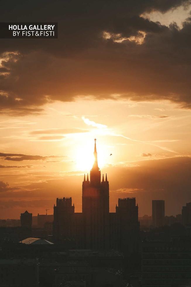 Сталинская высотка на закате, панорама Москвы. Картина
