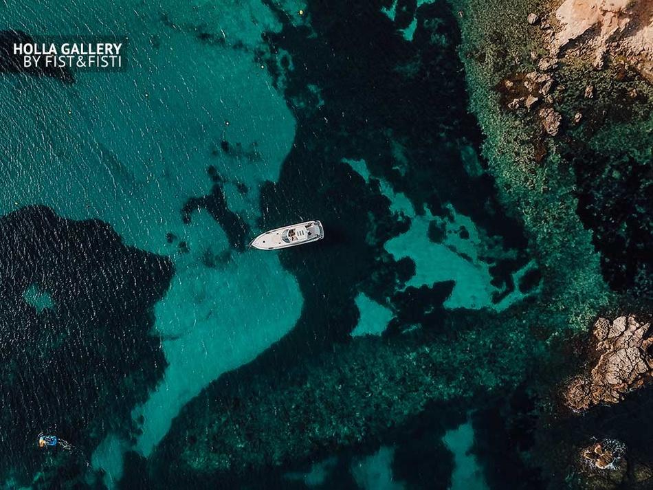 Яхта на фоне бирюзового моря у побережья Mallorca, Испания. Фото картина
